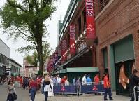 球場の外壁に並ぶ年号が記された旗。レッドソックスがワールドシリーズを制覇した年が示されている=2016年5月21日午前11時2分、ボストンで、田中義郎撮影