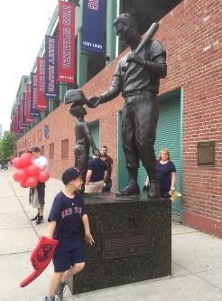 球場わきの通りには、1941年に打率4割6厘を記録した名選手、テッド・ウィリアムズの像がある=2016年5月21日午後1時54分、ボストンで、田中義郎撮影