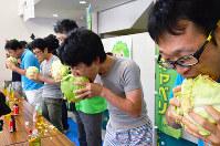 「神鍋高原キャベツ」に懸命にかぶりつく早食い競争参加者=兵庫県豊岡市日高町で、浜本年弘撮影