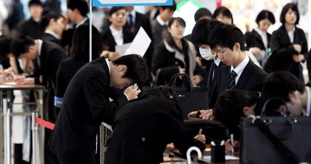 就活に必死に取り組む学生たち。就職に失敗すると奨学金を返せなくなる=東京都内で