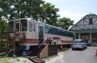 「森の列車カフェ」と命名された山岡駅かんてんかんの「アケチ1号」=恵那市山岡町で