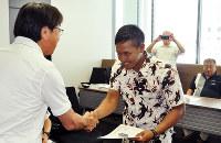中貝宗治市長(左)から修了証を手渡された漁業実習生=兵庫県豊岡市役所で、柴崎達矢撮影