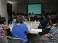 40〜50代の参加者も目立ったセミナー会場。苦しい体験を誰にも話せず苦しんできたという=東京都内で