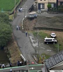 登校中の小学生の列に乗用車が突っ込んだ現場付近を調べる警察官ら=岐阜県海津市で2016年6月30日午前9時49分、本社ヘリから小関勉撮影