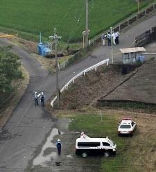 登校中の小学生の列に乗用車が突っ込んだ現場付近を調べる警察官ら=岐阜県海津市で2016年6月30日午前9時48分、本社ヘリから小関勉撮影