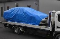 海津署へ運ばれる事故を起こしたとみられる車両=岐阜県海津市で2016年6月30日午前9時52分、竹内幹撮影