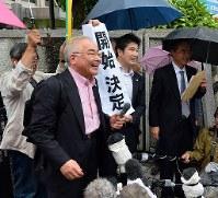 再審開始決定を喜ぶ弁護団や支援者たち=熊本市中央区で2016年6月30日午前11時5分、須賀川理撮影