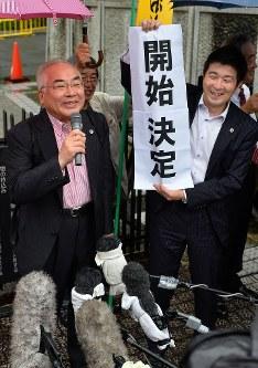 再審開始決定を喜ぶ弁護団や支援者たち=熊本市中央区で2016年6月30日午前11時6分、須賀川理撮影