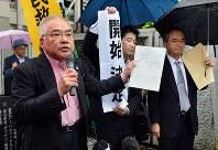 再審開始決定を支援者らに報告する弁護団=熊本市中央区で2016年6月30日午前11時5分、須賀川理撮影