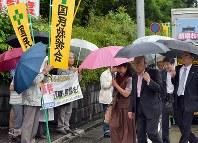 支援者らの拍手の中、熊本地裁に入る弁護団=熊本市中央区で2016年6月30日午前10時49分、須賀川理撮影