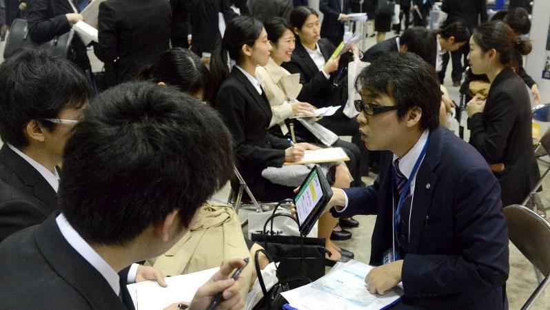 マイナビ合同会社説明会では企業側も優秀な学生を獲得しようと必死に自社をアピール=竹内紀臣撮影