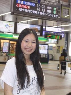 「貧しい家庭の子供たちも夢を追いかけられるような公平な社会を目指す候補に投じる」と話す小島まりさん=JR土浦駅で