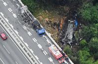 名阪国道であった事故で炎上した車両(中央左)と橋から落下し炎上した車両(中央右)=奈良市で2016年7月3日午前9時38分、本社ヘリから西本勝撮影