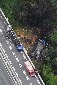 名阪国道であった事故で炎上した車両(中央左)と橋から落下し炎上した車両(同右)=奈良市で2016年7月3日午前9時36分、本社ヘリから西本勝撮影