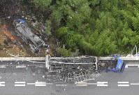 名阪国道であった事故で炎上した車両(手前)と橋から落下し炎上した車両(左)=奈良市で2016年7月3日午前9時44分、本社ヘリから西本勝撮影