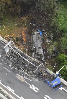 名阪国道であった事故で炎上した車両(手前)と橋から落下し炎上した車両(中央)=奈良市で2016年7月3日午前9時44分、本社ヘリから西本勝撮影