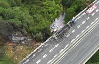名阪国道であった事故で炎上した車両(中央右)と橋から落下し炎上した車両(左)=奈良市で2016年7月3日午前9時44分、本社ヘリから西本勝撮影