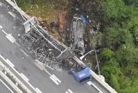 名阪国道であった事故で炎上した車両(手前)と橋から落下し炎上した車両(奥)=奈良市で2016年7月3日午前9時44分、本社ヘリから西本勝撮影