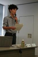 オブザーバーとして出席している戦略会議で、高校生による政策立案コンテストの進状況を報告する参与の塙佳憲さん=茨城県境町の町役場で2016年6月23日、中村美奈子撮影
