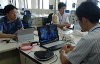 インターネット会議システムを使い、東京にいる消費者庁幹部と話す職員(右)=徳島市の徳島県庁で2016年7月4日午前9時24分、蒲原明佳撮影