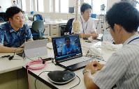 インターネット会議システムを使い、東京にいる消費者庁幹部と話す職員=徳島県庁で2016年7月4日午前9時24分、蒲原明佳撮影