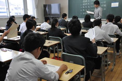全国学力テストの説明を受ける中学3年のクラス=札幌市中央区の市立伏見中学校で4月19日