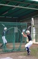 ゴルフ部練習場にベースを置き、打撃練習をする高知中央の軟式野球部員た
