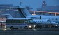 小型ジェット機で帰国した渡辺玉興さんを乗せたと見られる搬送車両=羽田空港で2016年7月5日午前4時15分、宮武祐希撮影