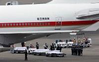 政府専用機で帰国したバングラデシュの人質テロ事件犠牲者の棺=羽田空港で2016年7月5日午前6時37分、宮武祐希撮影