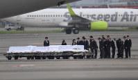 バングラデシュの人質テロ事件犠牲者の棺に黙とうする岸田文雄外相ら=羽田空港で2016年7月5日午前7時、三浦博之撮影