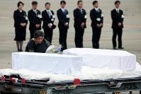 バングラデシュでの人質テロ事件で亡くなった被害者のひつぎに献花するラバブ・ファティマ在日バングラデシュ大使=羽田空港で2016年7月5日午前6時58分、森田剛史撮影