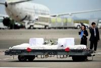 バングラデシュでのテロ事件で亡くなり、帰国した被害者のひつぎ=羽田空港で2016年7月5日午前7時7分、森田剛史撮影