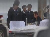 バングラデシュの人質テロ事件犠牲者のひつぎに献花する関係者=羽田空港で2016年7月5日午前6時36分、長谷川直亮撮影