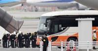 バングラデシュの人質テロ事件犠牲者の遺族が乗ったバスを見送る人たち=羽田空港で2016年7月5日午前6時10分、三浦博之撮影