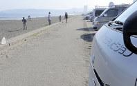 無理心中とみられる事件が起きた鴨川市の東条海岸。中継車が並んだが、現場はすでに片付けられていた=中島章隆撮影