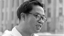 芥川賞を受賞したころの松本清張=1954(昭和29)年、東京都内で撮影