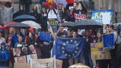 残留派の集会でEUの旗を掲げる若者たち=ロンドン市内で2016年6月28日、三木幸治撮影