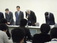 東電の清水正孝社長(当時)が「炉心溶融」の語を使うなと指示したとされる記者会見。右から2人目は武藤栄副社長(同)=東電本社で2011年3月14日