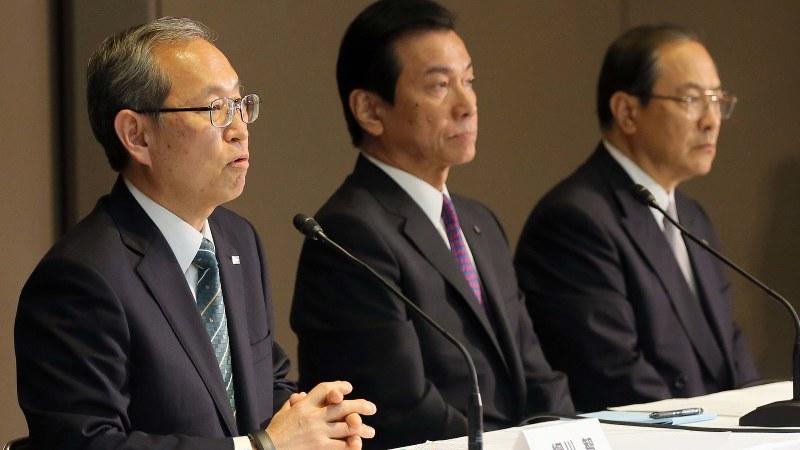 東芝メディカル社の売却を主導した東芝の綱川智社長(左)と室町正志前社長(右)。中央は志賀重範会長=宮武祐希撮影
