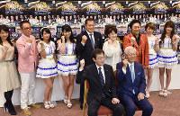 「神戸開港150年音楽祭」の成功を祈り、ガッツポーズする出演者たち=神戸市役所で、元田禎撮影