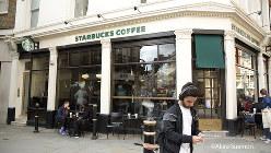 ロンドン中心部の街角にあるスターバックス
