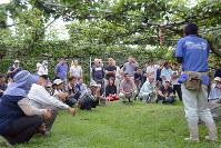 研修会で、職員を囲み説明を聞く生産農家ら=鳥取県北栄町で、李英浩撮影
