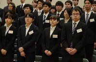 緊張した表情で合同入社式に臨む新入社員たち=松江市内で4月8日