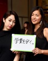 一票に「学費を安く。」という思いを託すという(右から)小谷弥緑さん(18)と古谷未寿城さん(18)=東京都渋谷区で2016年7月9日午後2時53分、竹内紀臣撮影