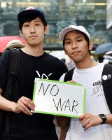 一票に「NO WAR」という思いを託すという(右から)林伸弘さん(22)と下村暁さん(24)=東京都渋谷区で2016年7月9日午後3時9分、竹内紀臣撮影