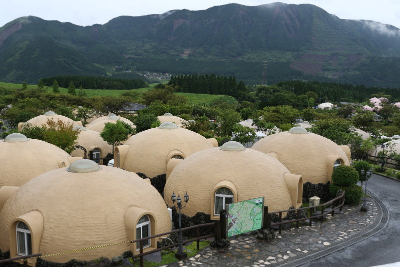 Quake proof dome guesthouses offer comfort to kumamoto for Dome house in japan