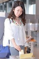 参院選で1票を投じる有権者=東京・千代田区役所で2016年7月10日午後3時55分、北山夏帆撮影