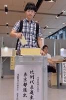 参院選で1票を投じる20代の男性=東京・千代田区役所で2016年7月10日午後3時6分、北山夏帆撮影
