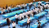 投票箱に残っている投票用紙がないか確認する人たち=東京都中央区で2016年7月10日午後8時51分、北山夏帆撮影
