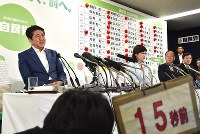 記者の質問に答える安倍晋三首相(左端)=東京都千代田区の自民党本部で2016年7月10日午後10時20分、宮間俊樹撮影